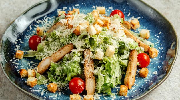 Salada Caesar com frango e açafrão